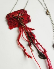 collier brodé rouge